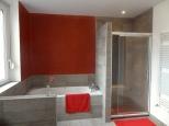 Salle de bains avec Tadelakt rouge